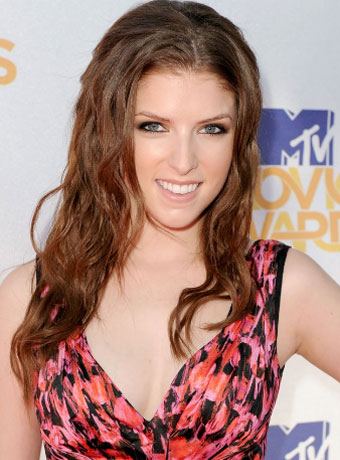 Anna Kendrick S Long Curly Hairstyle At The 2010 Mtv Movie