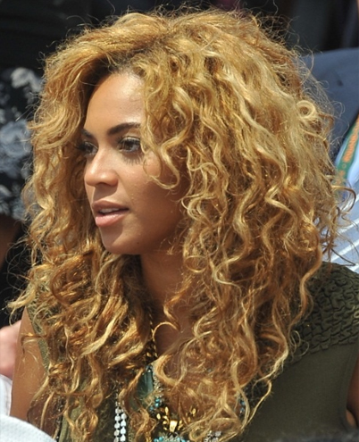 Beyonce\'s Casual Curly Hairstyle