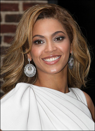 pictures of beyonce hairstyles. Beyonce with Sexy Shoulder