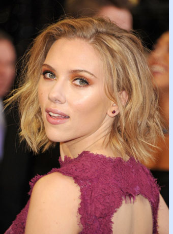 Scarlett Johansson went for a loose and messy bob when appearing on ...