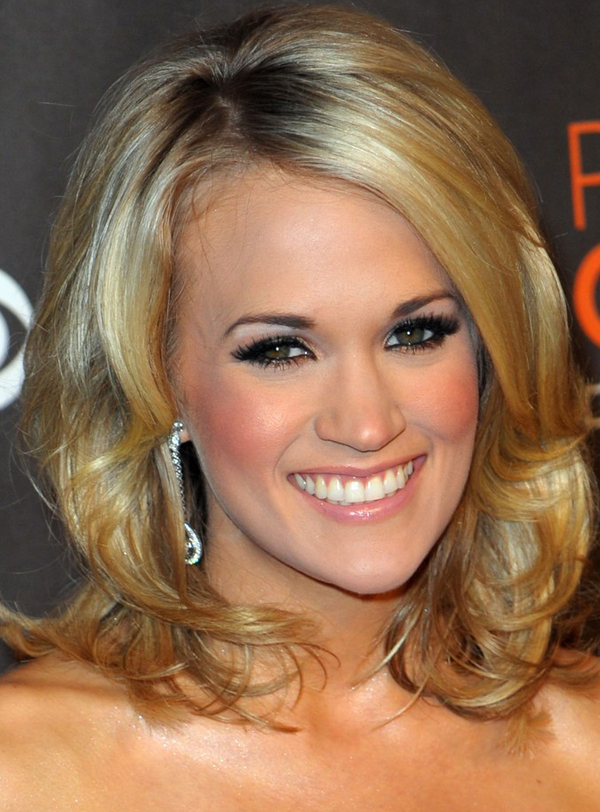 Carrie underwood s medium hairstyle with waves at 2010 people s choice
