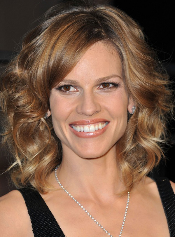 Hilary Swank S Shoulder Length With Wave Hairstyle At 2010