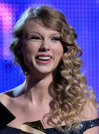 taylor swift curly hairstyles. Taylor Swift#39;s Asymmetric
