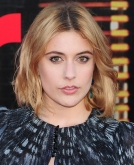 Greta Gerwig's Medium Loose Wavy Hairstyle