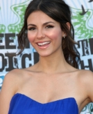 Victoria Justice's Curly Hairstyle With Soft Tendrils