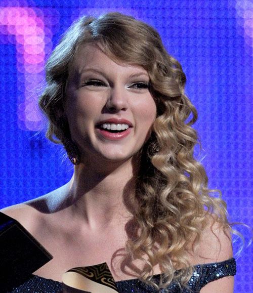 Taylor Swift's Asymmetric Curly Hairstyle