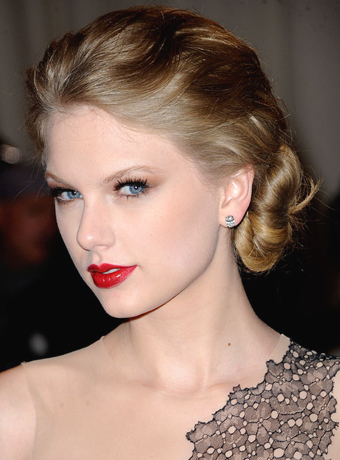 Taylor Swift's Dramatic Soft Updo